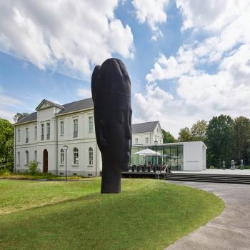 Skulptur vor dem Max Ernst Museum